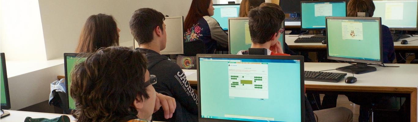 Lycées : élèves apprenant avec des outils numériques