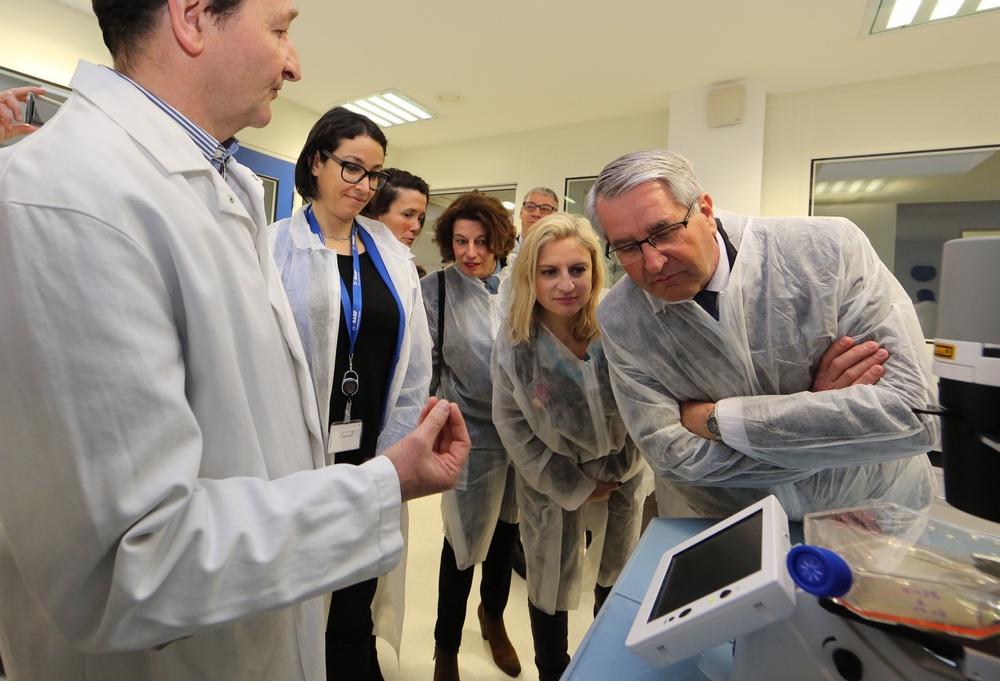 Visite de Philippe Richert, Président de la Région sur le site BASF à Pulnoy - explication sur les travaux de recherche