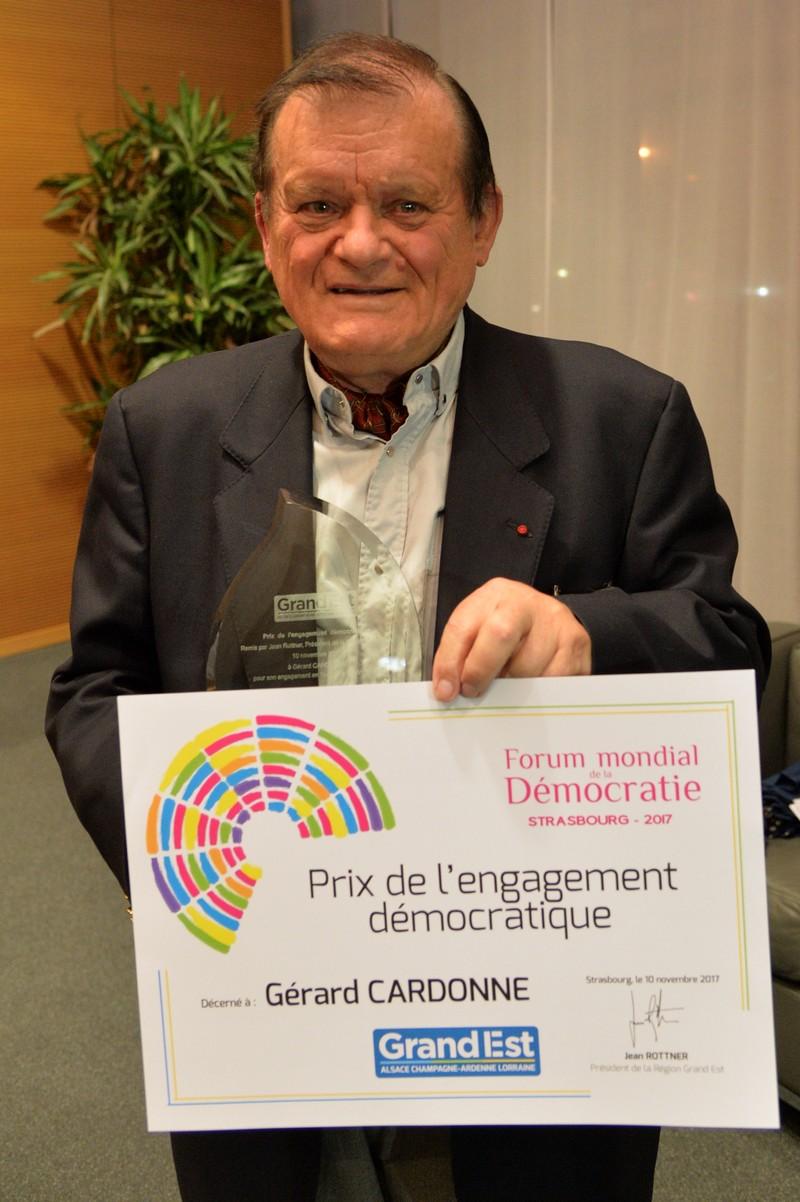 Gérard Cardonne reçoit le prix de l'engagement démocratique