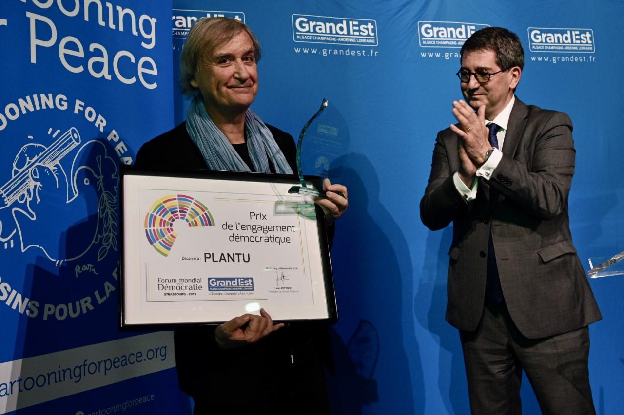 Le dessinateur Plantu recevant le Prix Régional de l'engagement démocratique