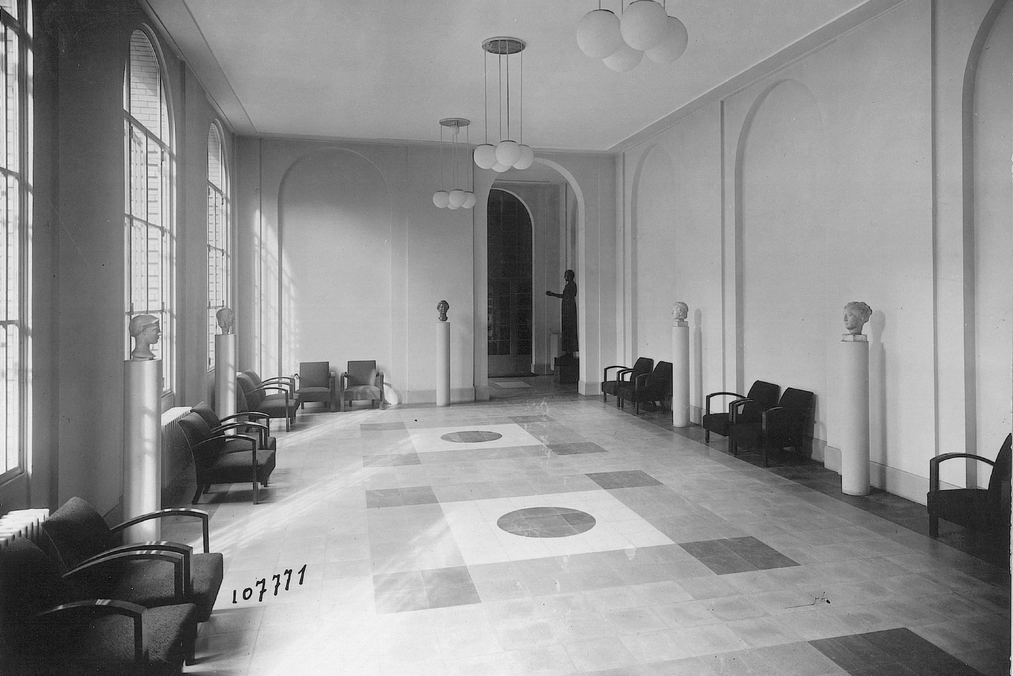 Inconnu - Sans titre -Vers 1940 Cour de Sainte Constance