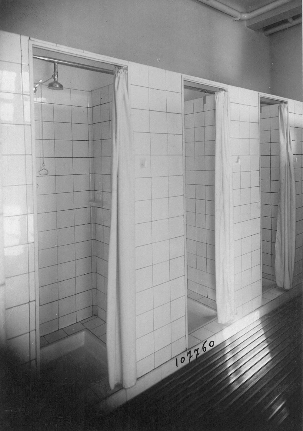Vers 1936 - Douches de l'internat